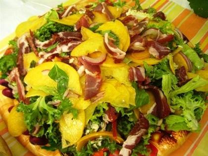 Салат из персиков, ветчины и сладкого перца