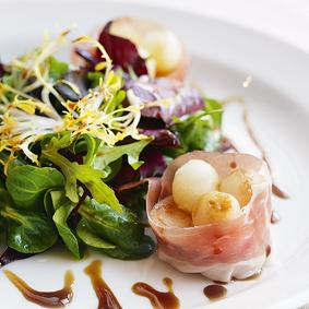 Куриный ролл-салат с ветчиной и дыней
