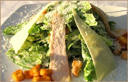 Салат Цезарь с креветками и икрой