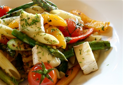 Теплый салат из пасты, овощей и сыра бри