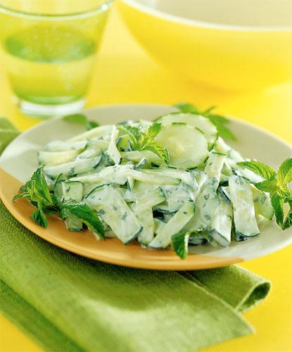 Салат из свежих огурцов с йогуртовой заправкой