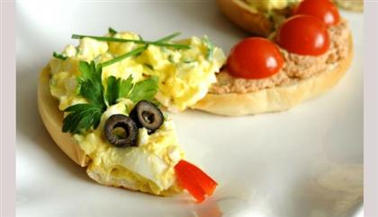 Новогодняя закуска Змея: с тунцом и яичным салатом