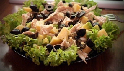 Салат с маслинами и курицей