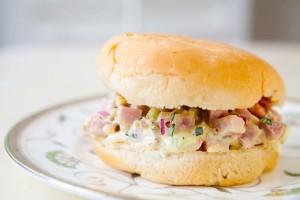 Сэндвич с салатом из ветчины