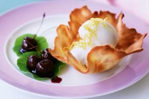 Рецепты на 8 марта: Тюили с ягодами и мороженым