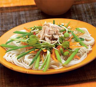 Сычуаньский куриный салат с яичной лапшой