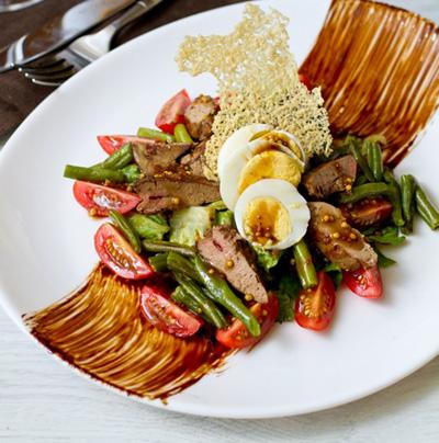 Теплый салат с куриной печенью и бальзамической заправкой