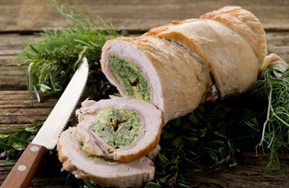Мясные рулеты с начинкой из сыра и соуса песто