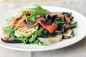 Теплый салат из овощей гриль и языка