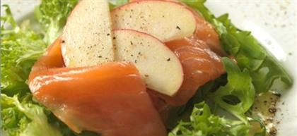 Копченая форель с салатом из яблок