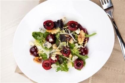 Салат с сыром и вишней