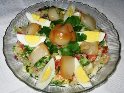 Салат с копченым кальмаром и помидором