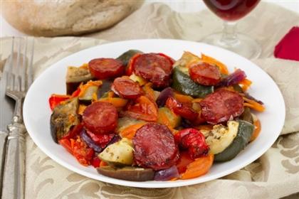 Запеченные овощи с колбасками