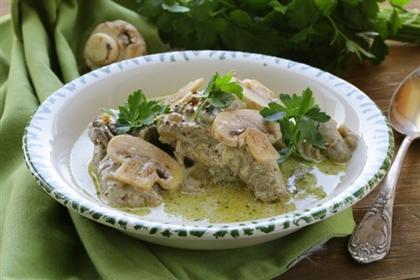 Кролик в сметанно-грибном соусе