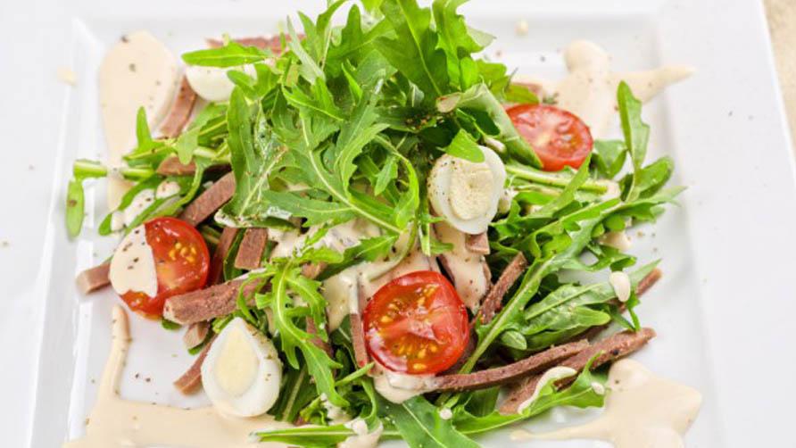Салат с языком, рукколой и помидорами черри