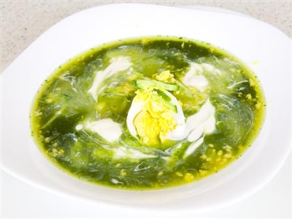 Зеленый борщ с перепелиными яйцами