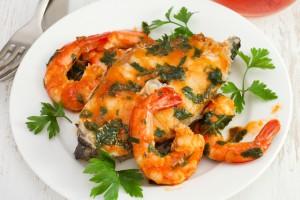 Пестрая рыба с креветками
