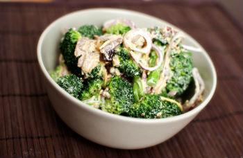 Салат с брокколи, беконом и луком