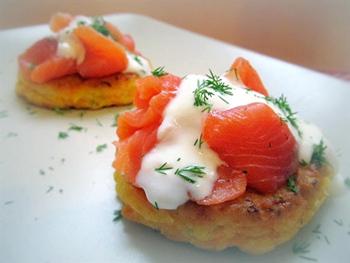 Морковно-луковые оладьи с лососем и йогуртом