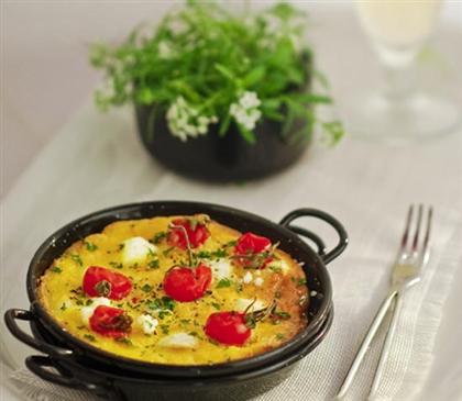 Фриттата с козьим сыром и помидорами