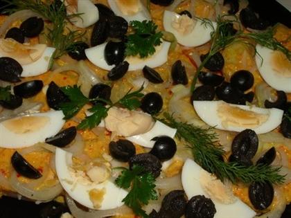 Аппетитный лук с оливками и сладким перцем