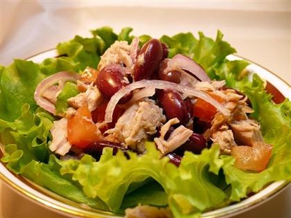 Салат с куриным филе и маринованной клубникой