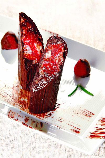 Шоколадный ролл с малиновым ризотто и ароматом розмарина