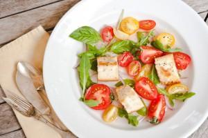 Салат из помидоров с гренками
