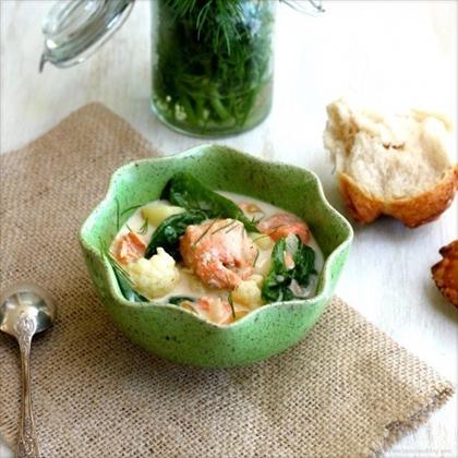 Суп с лососем, цветной капустой и шпинатом