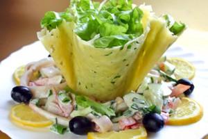 Салат из кальмаров в сырной корзинке
