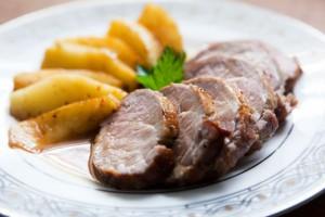Новогодний рецепт: Запеченное мясо с яблоками