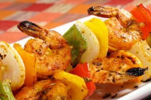 Рецепты на 8 марта: Шашлычки из креветок с овощами