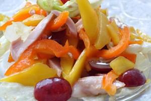 Салат из курицы с манго и виноградом