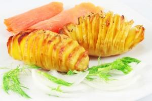 Картофельные гармошки с чесноком