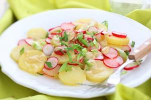 Весенний картофельный салат с редисом
