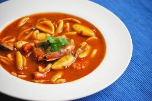 Томатный суп с морепродуктами и пастой