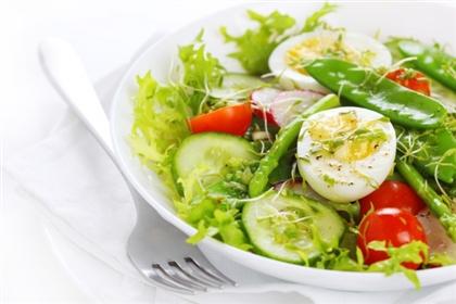 Салат из летних овощей с яйцом