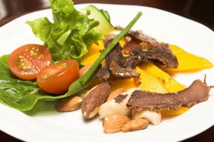 Летний салат с персиками