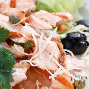 Салат из лосося с оливками