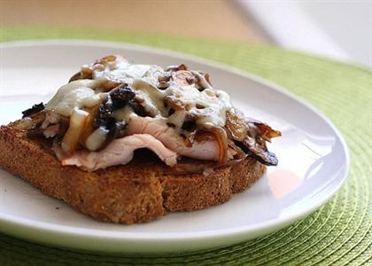 Бутерброд с грибами и расплавленным сыром