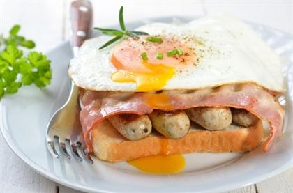 Гренки с жареным яйцом и сосисками