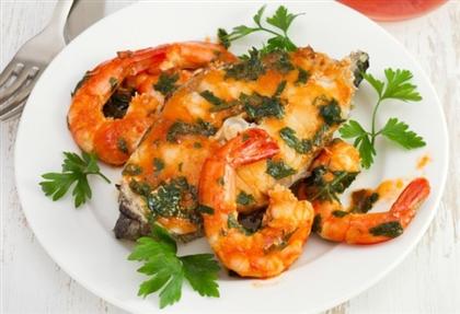 Рыба в томатном соусе с креветками