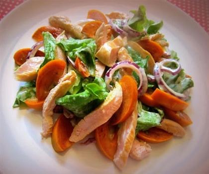 Салат с хурмой, куриным филе и сладким луком