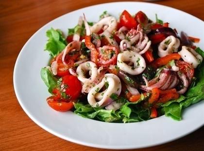 Салат из кальмаров с оливками