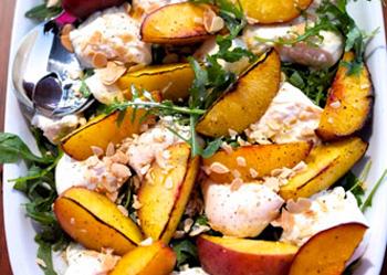 Салат с бурратой и персиками
